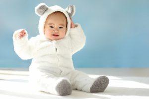 カバーオールを着る赤ちゃん