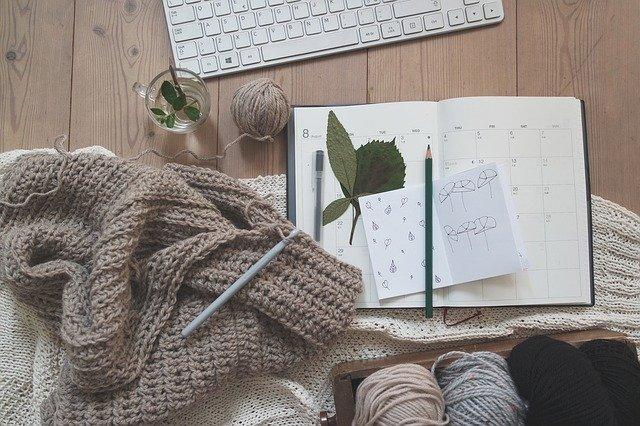 編み物とノートとキーボード