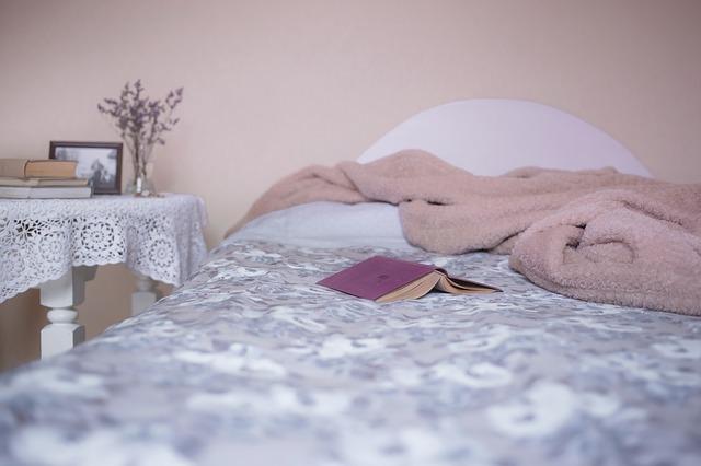 毛布がのったベッド