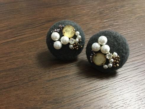 くるみボタンにビーズ刺繍をしたイヤリング