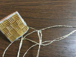 ビーズ刺繍の縁を縫う