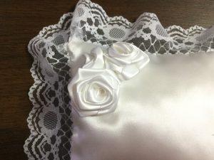 リボンのバラを縫い付ける