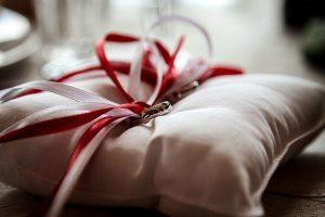 赤と白いリボンのリングピロー