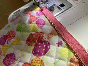 ハブラシポーチのファスナーを縫い付ける