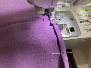 スカートの裾を縫う