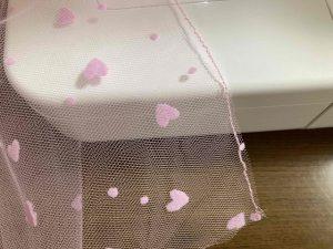 チュールの端を縫い合わせる
