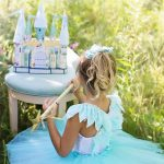 プリンセスのコスチュームで遊ぶ子供