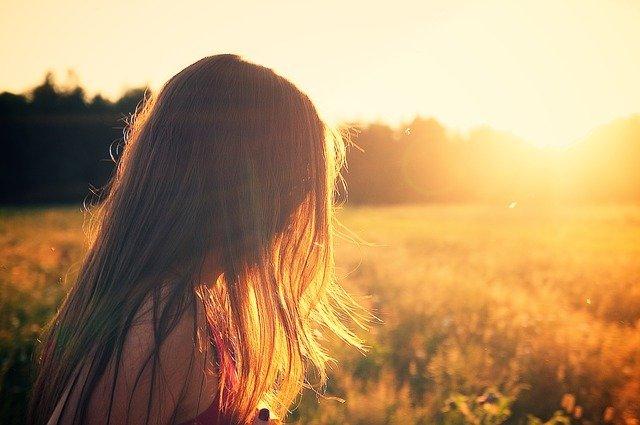 草原の朝日と少女