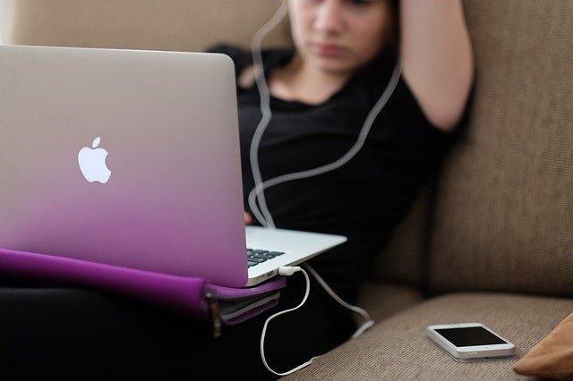 Appleのパソコンを使う女性
